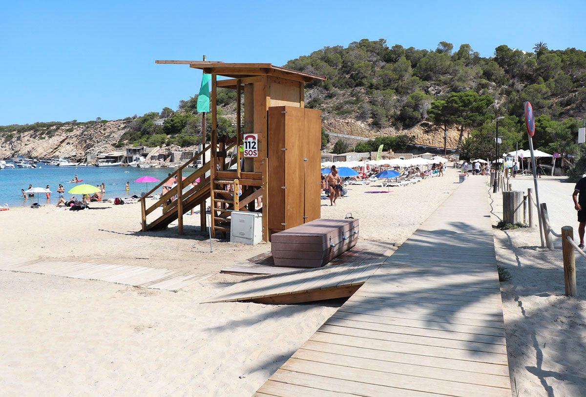 Pasarela y torre de vigilancia en Cala Vedella Sant Josep