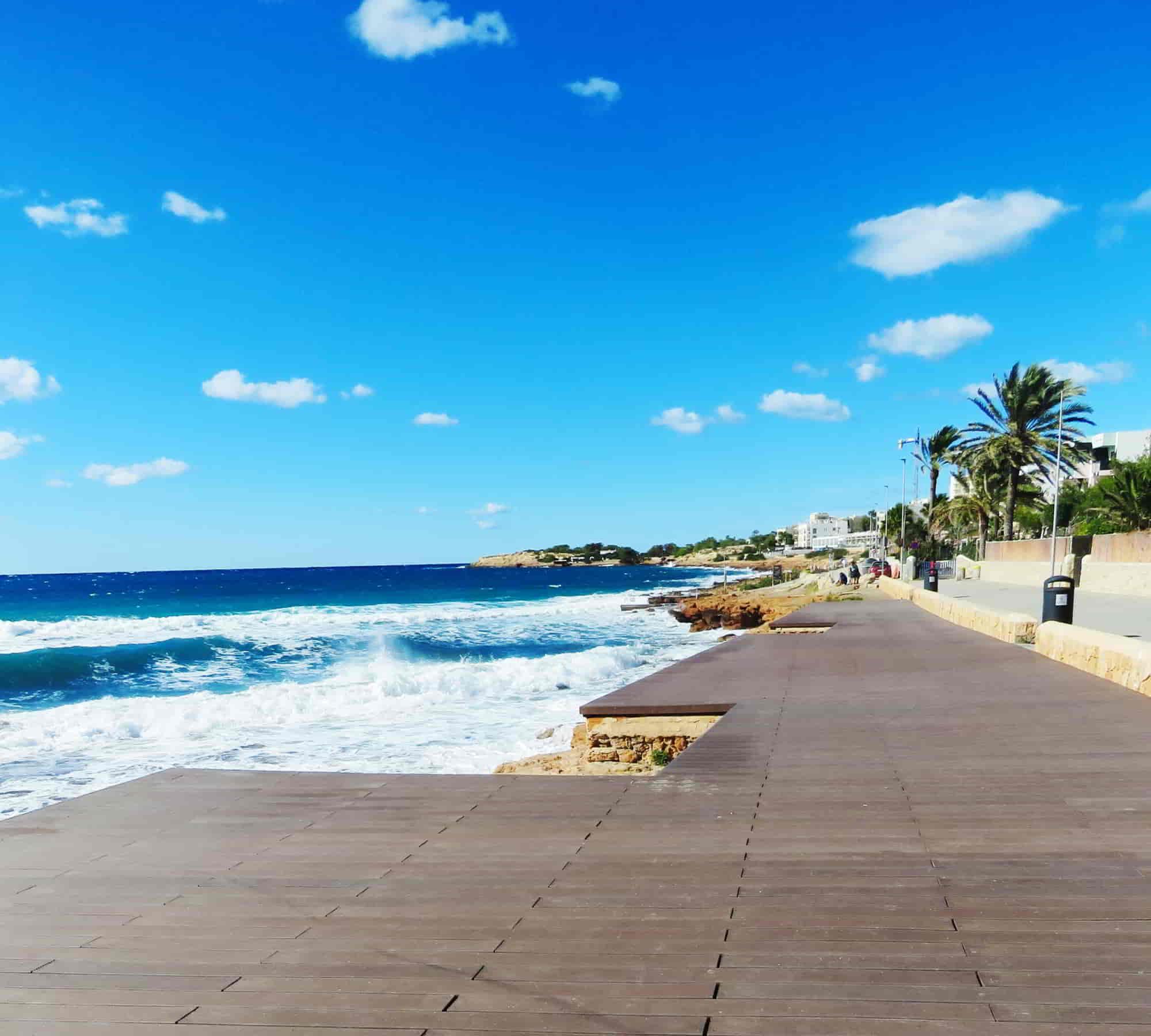 Pasarela de madera que facilita el acceso a las zonas de playa
